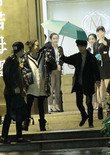 [明星爆料]李承铉夫妇雨天探望友人 戚薇身材圆润一脸灿笑(图)