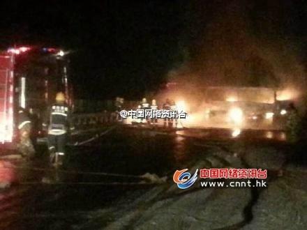山东荣乌高速莱州段多车追尾发生爆炸 致12死4伤(图)