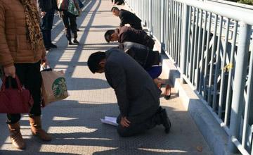 厦门:员工没完成业绩 被罚跪天桥60分钟