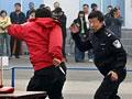 实拍民警与歹徒徒手搏斗 被连捅16刀身亡