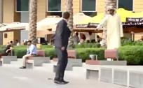 英国男子迪拜街头掉钱包考验土豪