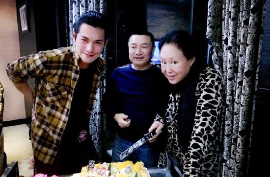 66岁斯琴高娃生日宴显老态