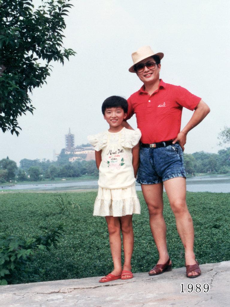 父女连续35年同一地点的合影 - 雷石梦 - 雷石梦(观新闻)
