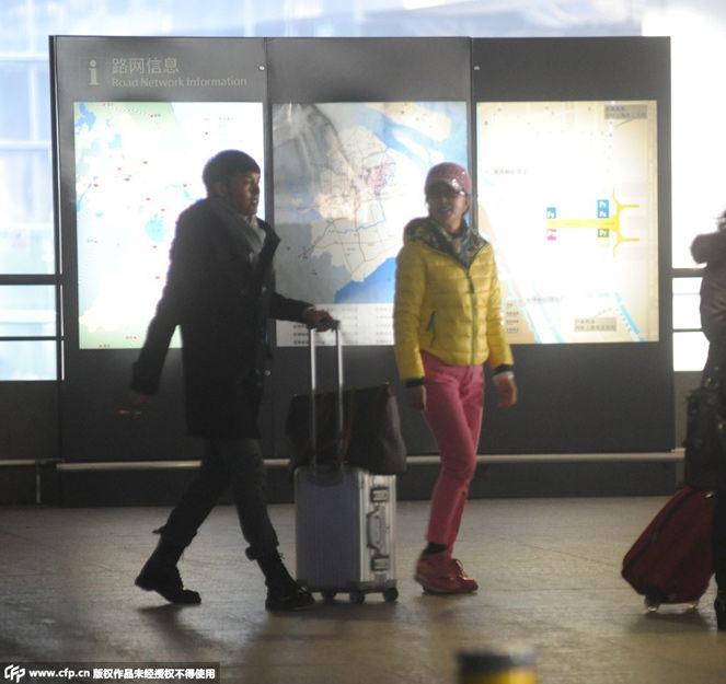 60岁刘晓庆少女装扮现身机场