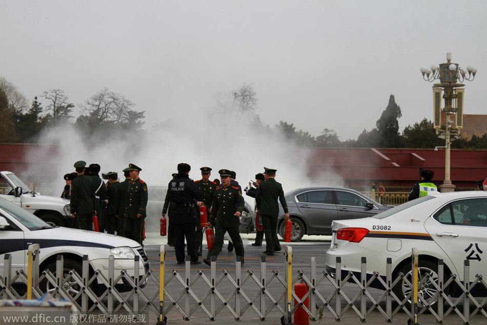 北京长安街发生轿车追尾自燃事故
