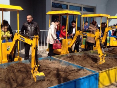 儿童挖掘机现多地庙会 挖掘机技术哪家强?