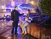 记者蹲点派出所记录:民警雨中撑伞安慰失恋少女
