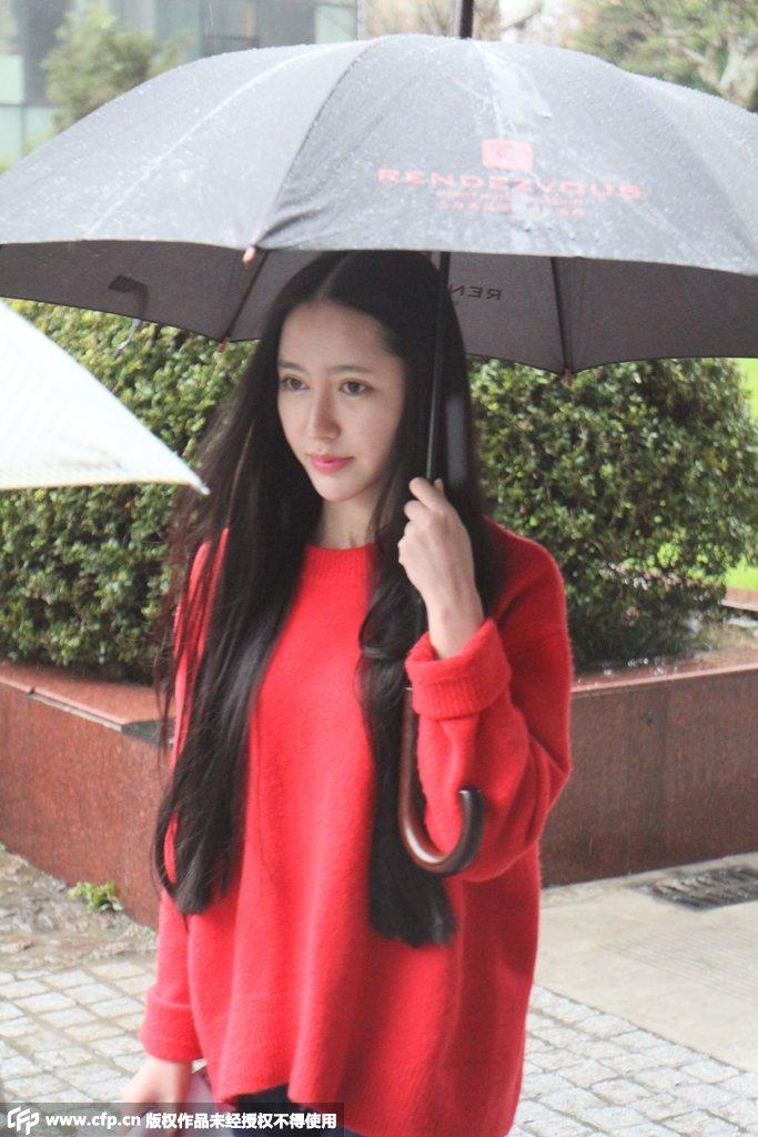 上戏雨中艺考 美女学生素颜抢镜