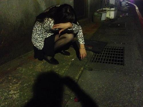 淫荡的性爱囹�a_20岁少女被绑架当性奴1个月 受迫与动物性交(图)