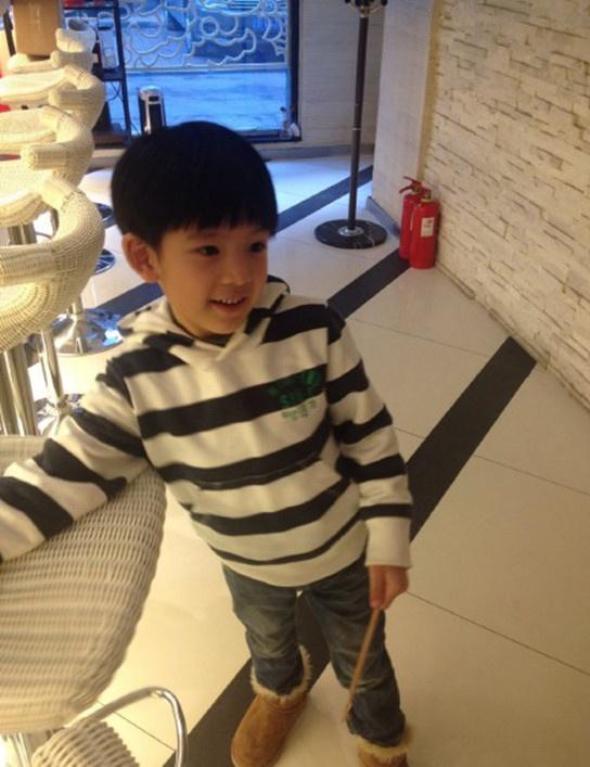董洁潘粤明6岁儿子顶顶近照曝光 帅气小正太图片