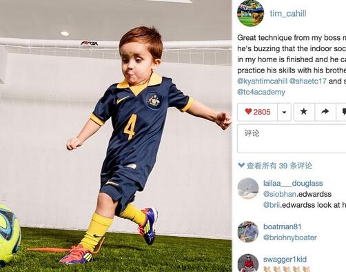 他在我家的室内足球场尽情的享受着踢球的乐趣