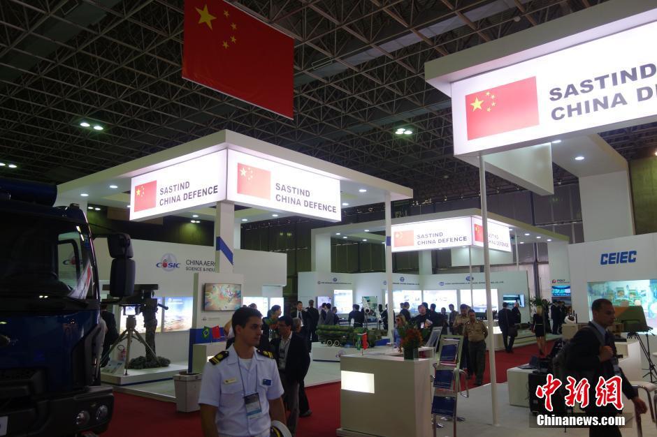 中国军工巴西防务展受关注 展示辽宁舰和小平顶