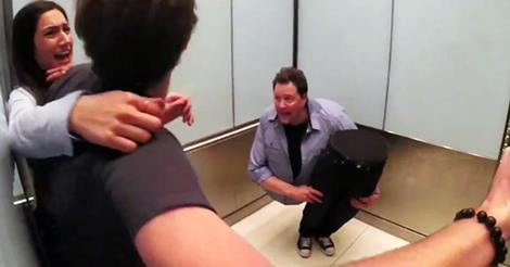 半身人电梯恶作剧吓坏乘客