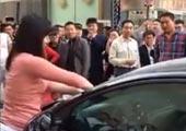 实拍:女子当街手撕玻璃 满手鲜血扇男友耳光
