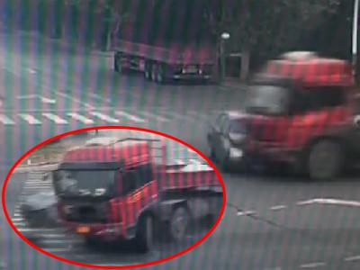 监控:小轿车遭闯红灯卡车撞成碎片惨烈一幕