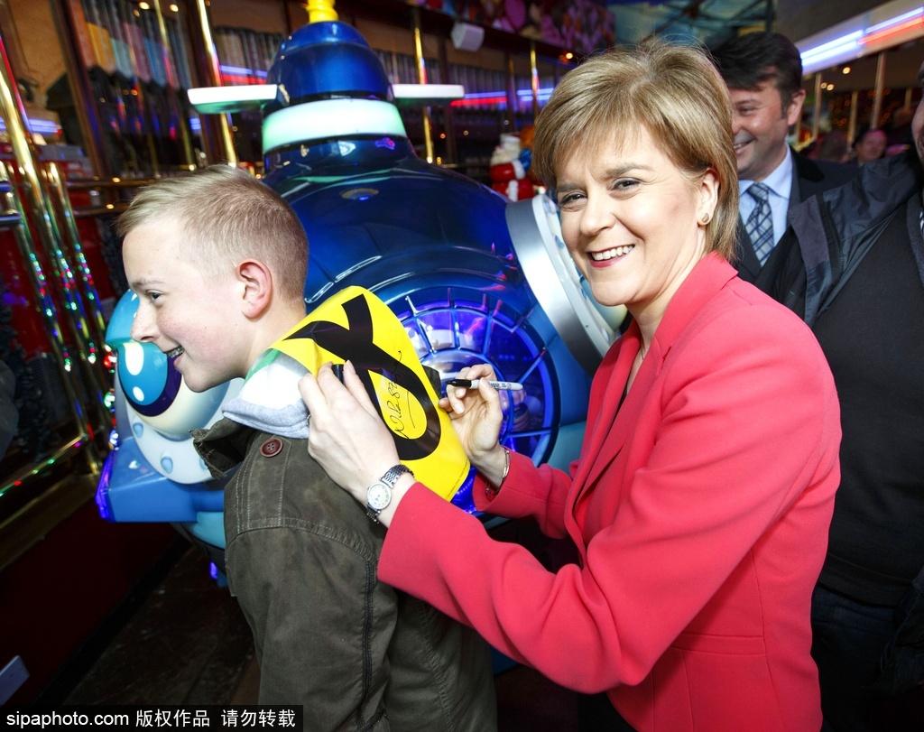 当地时间2015年5月3日,英国苏格兰汉密尔顿,苏格兰国民党领袖Nicola Sturgeon来到斯特拉思克莱德公园进行竞选游说活动。