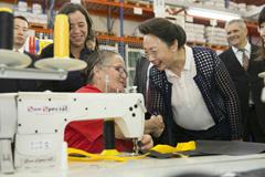 李克强夫人程虹参观巴西社会工厂