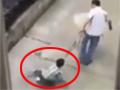 实拍男童被父亲用绳拴颈部拖行 痛苦嘶喊
