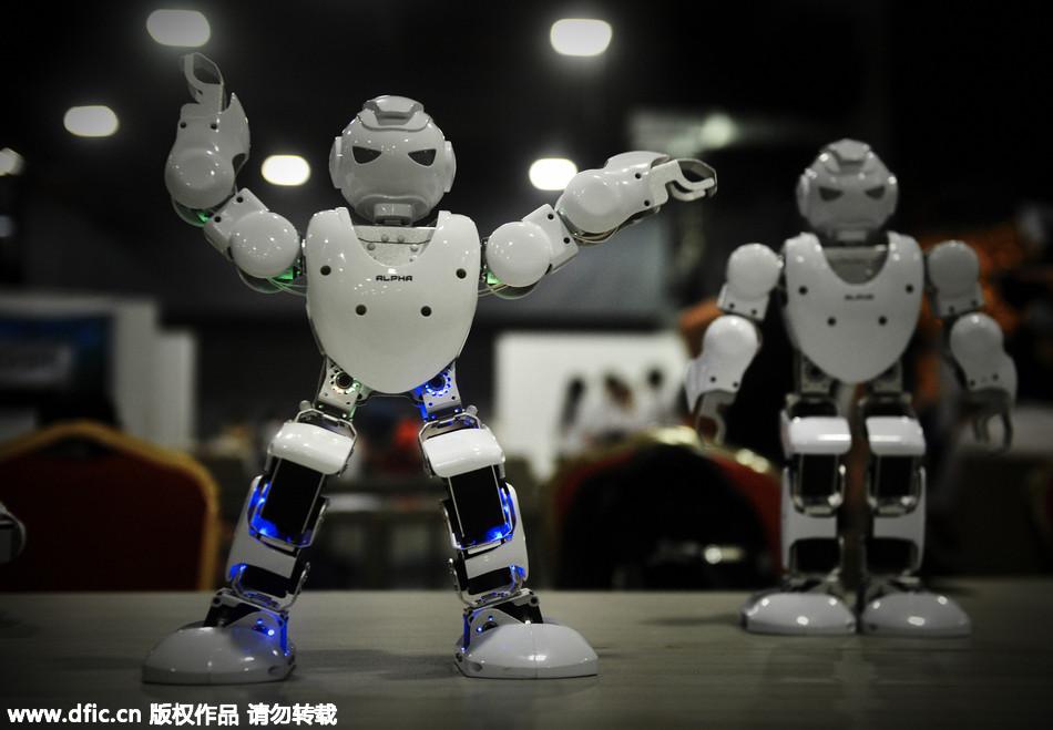 广东佛山首届创客节在佛山创意产业园举行。来自佛山及珠三角地区的创客们首次在佛山聚集交流,近30位创客带来诸如机器人、第一视角无人机、智能开关、智能音箱等智能硬件产品。同时,创客节还举办了佛山首届创客沙龙、智能硬件团队项目路演、机器人对战、智能硬件亲子体验等活动。