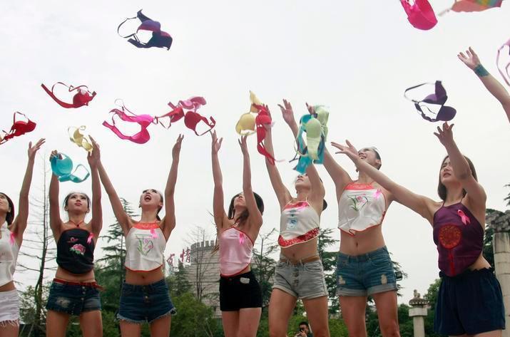 杭州众美女抛胸罩呼吁关注乳腺健康