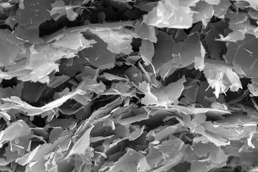 在发现石墨烯以前,大多数物理学家认为,热力学涨落不允许任何二维晶体在有限温度下存在。所以,它的发现立即震撼了凝聚体物理学学术界。虽然理论和实验界都认为完美的二维结构无法在非绝对零度稳定存在,但是单层石墨烯在实验中被制备出来。
