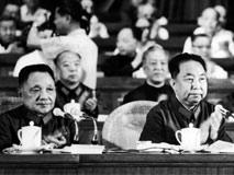 邓小平两次评价华国锋 反差极大