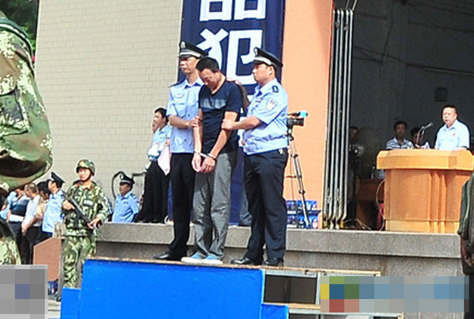 东 13名毒枭宣判大会现场 5人被立即处死图片