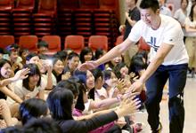 林书豪台湾行见面会 化身阳光大男孩与小朋友亲切握手
