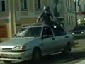 摩托车男迎面猛撞轿车 翻腾360度稳坐车顶