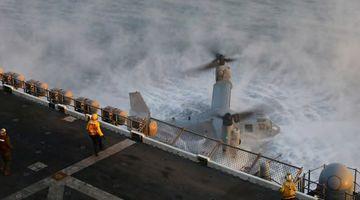美军鱼鹰起飞后失去动力直接掉进海里 一人死亡