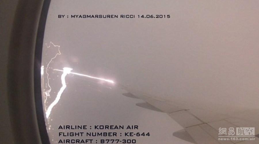 2015年6月30日报道,大韩航空一架波音777在雷暴天气飞行时被闪电击中机翼,有位坐在窗边的乘客用相机拍下了这惊魂一幕。从画面可以看到,一道巨大的闪电在云层中击中了飞机的机翼,冒出巨大的火花。但幸运的是,该机机体并没有遭到破坏并提前7分钟降落。据悉,这架飞机原定从新加坡飞往首尔。