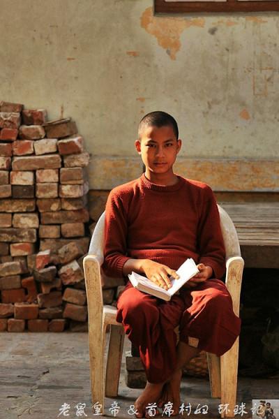 实拍缅甸小和尚快乐生活 化缘都这么霸气