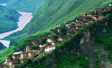 这些房都建在一块大石头上 部分房子旁边就是峭壁
