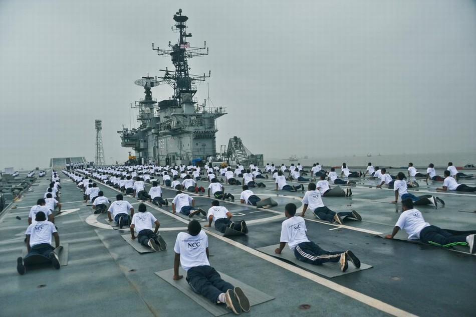 开挂的民族:印度军队修习瑜伽成风 按不同兵种分练