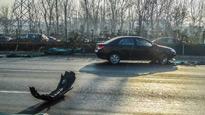监控:小轿车加速抢灯 摩托车被撞瞬间粉碎
