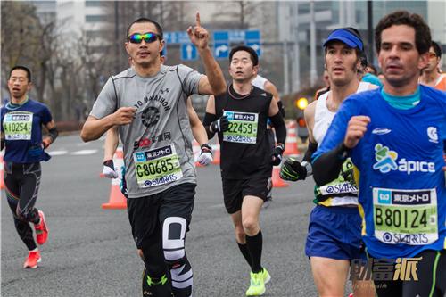 2015东京马拉松于嘉和日本东马荣耀跑团一起冲线-除了比快,马拉松