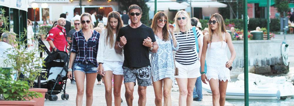人生赢家!史泰龙携全家霸气出街 三女儿长腿逆天