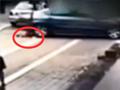 监拍福建男童遭车碾压 躺5秒后自己爬起来