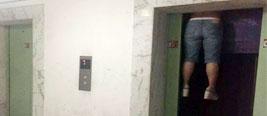 现场:杭州女子被电梯夹死 身体悬在两层之间