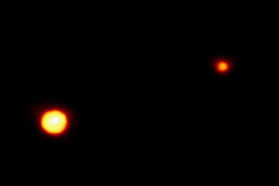 为何冥王星被发现后的76年里能一直稳坐九大行星的位子?这是因为冥王星距离地球实在太远了,1930年刚被发现时,它在望远镜里只是一个光点,以至于很难确定它的大小,最早估计它的直径是6600千米,几乎是地球的一半大,超过月球。