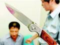 小伙持刀抢劫被砸晕 瘫倒墙角动弹不得