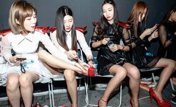 CJ后台故事:Showgirl高跟鞋需用胶带绑定