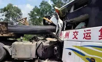 广东一车祸现场:钢筋插入客车车头