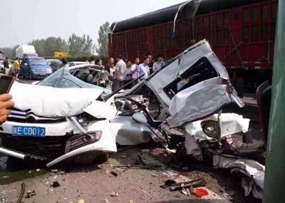 京昆高速路8车连撞 致两死多伤