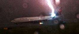 实拍美国客机遇雷雨天尾部被闪电击中 瞬间火光四射