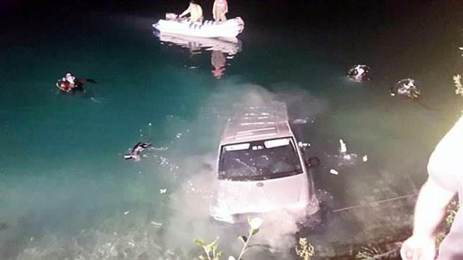 德国一对情侣车后座上发生关系 汽车滑进普兰湖