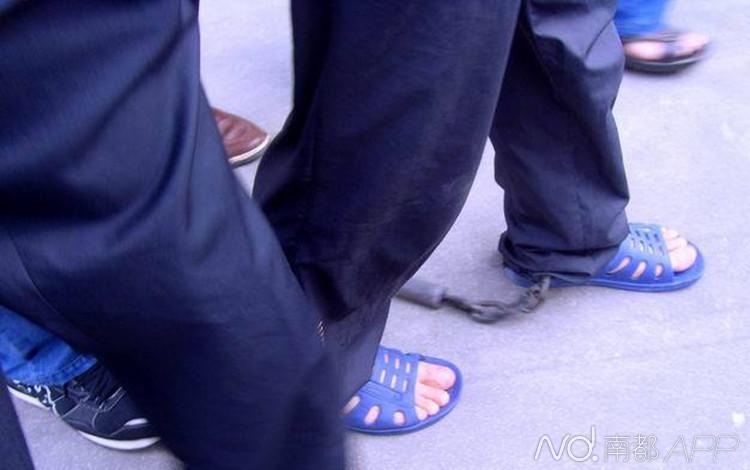 郭美美受审为何被带上 脚镣