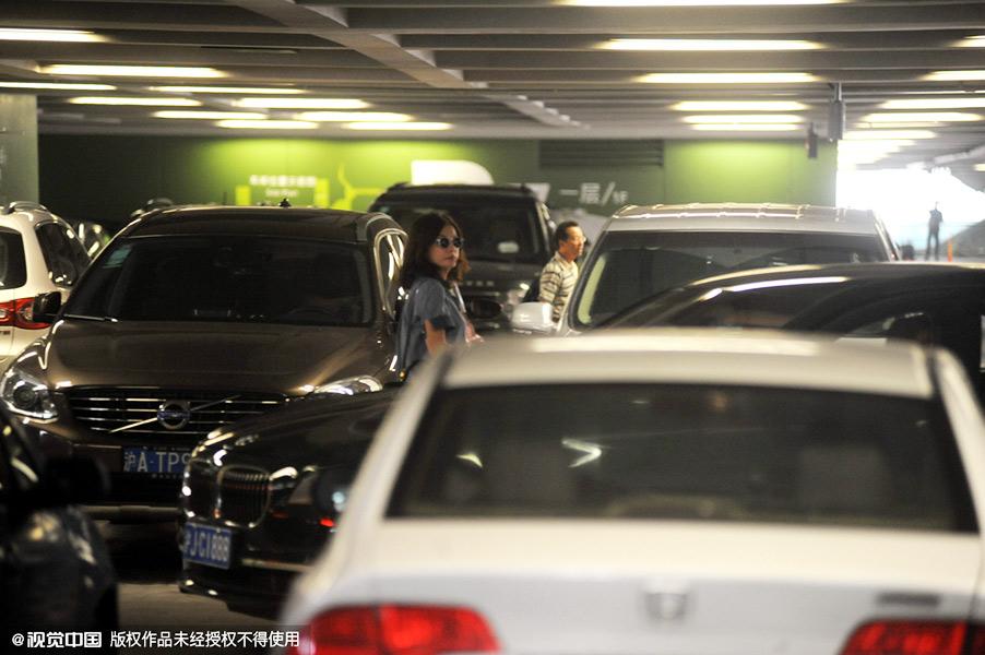 赵薇素颜现身机场 与群众同挤电梯无人识