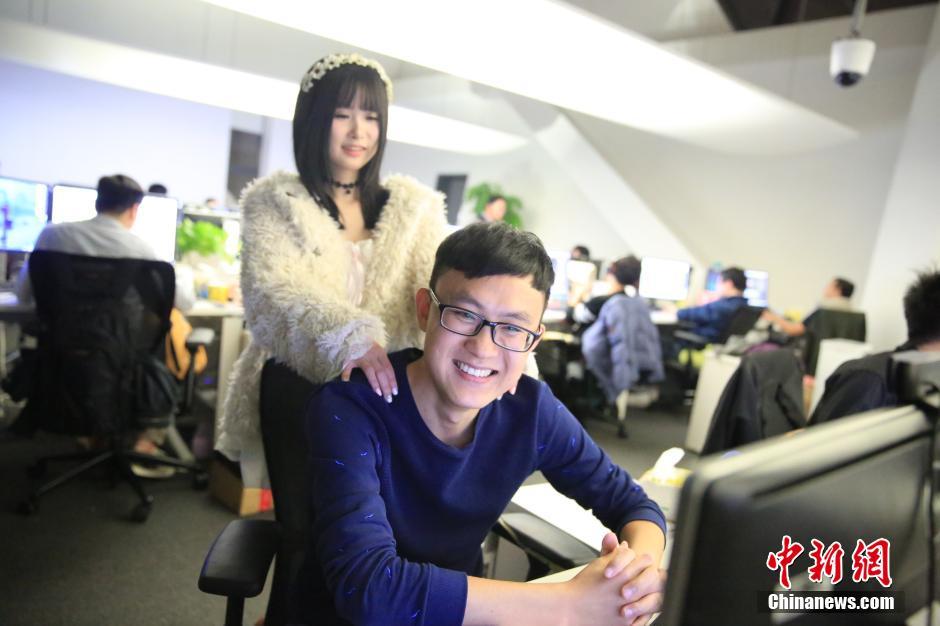 上海游戏公司发福利 请美女鼓励师为职员按摩