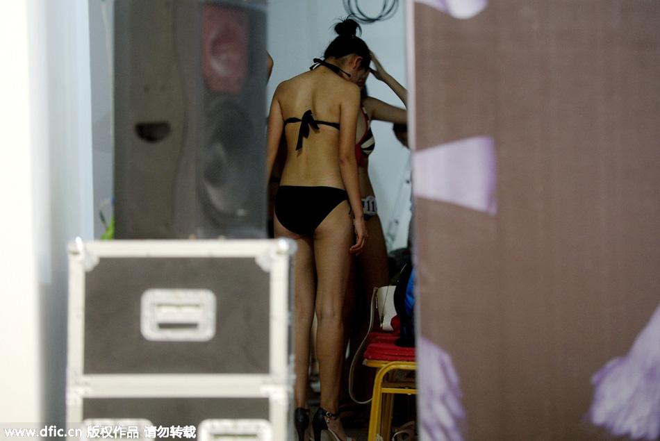 模特大赛后台:女生穿泳装席地而坐 凤凰网